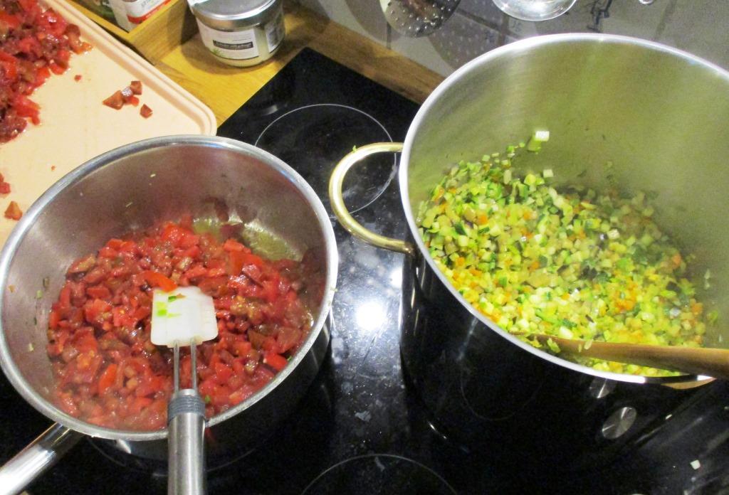 ... Nach und nach der Festigkeit entsprechend die Gemüse gut anschwitzen, und dann in den großen Topf rechts geben...