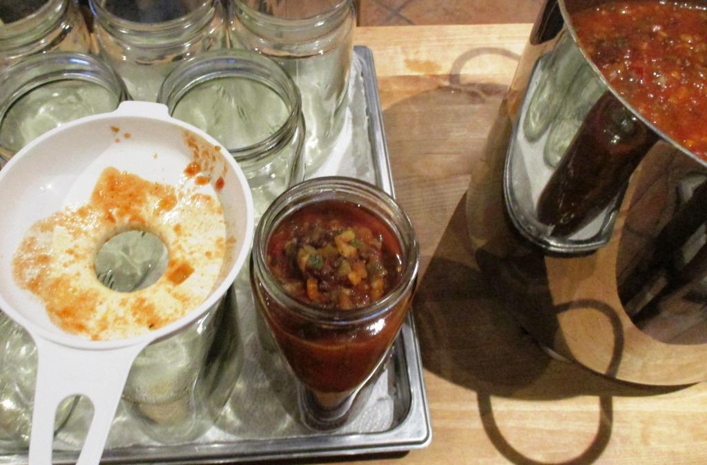 Die gekochte Bolognese in Weckgläser füllen