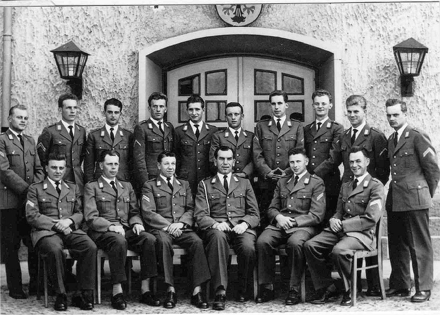1958_Uffz Korps 2.PzAufklBtl 2 sitzend v. li StUffz Eugen Krettek, Fw Wilhelm Buck, StUffz Werner Allenstein, HptFw Hans Sonntag KpFw, StUffz Hugo Schrade, StUffz Günter Schulze