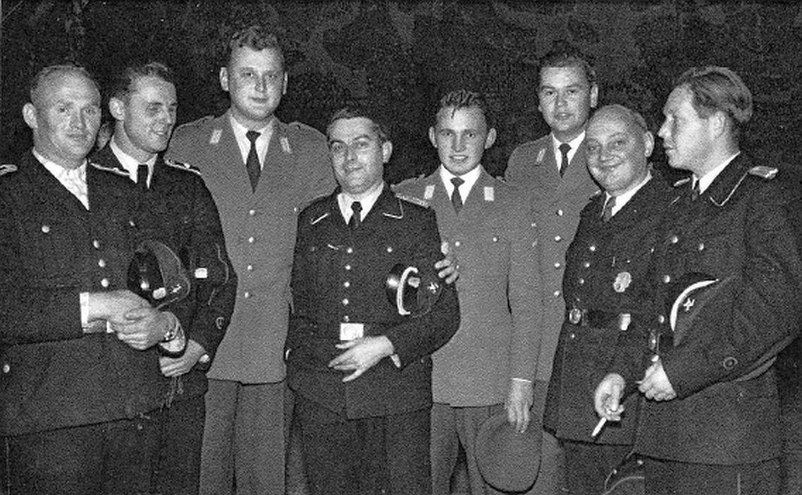 1959 Oktober_v.li. in heller Uniform_StUffz Günter Stegmann_Wehrführer Kothe_VA TrVerw PzAufklBtl 2 GefrUa Alfred Weiser_StUffz Rudolf Kuhnert