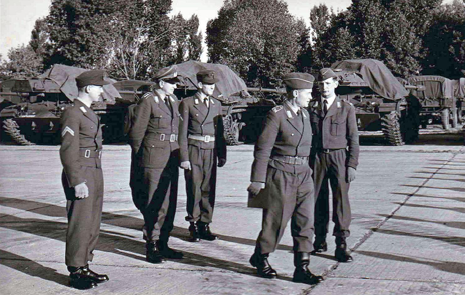 03.10.1958 Rekutenbesichtigung_von links_StUffz Kryßat, Hptm Brecht, Uffz Müller, Mj Möws, Lt Brüggeman