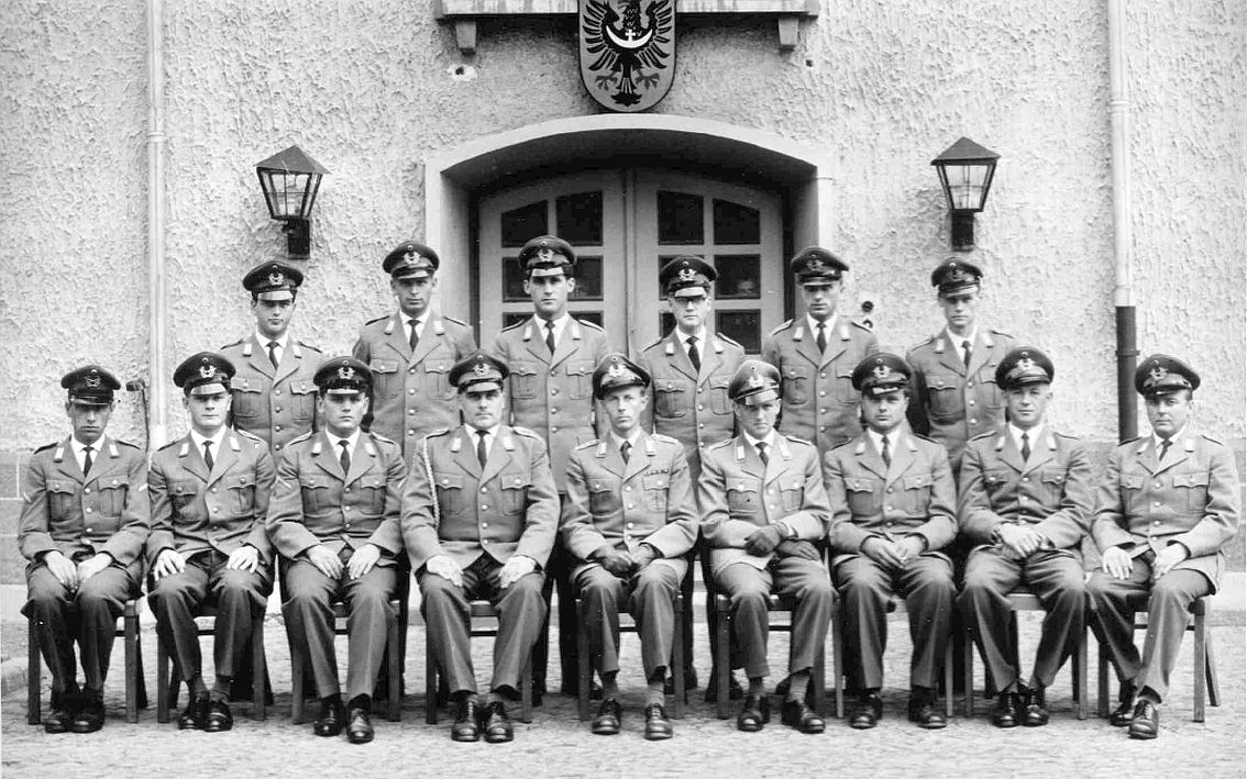1960 unten Mitte HptM Helmut Grunow KpChef_ links OFw HelmutWehsbacken_rechts vom KpChef Lt Ernst und Lt Hildebrand ZgFhr