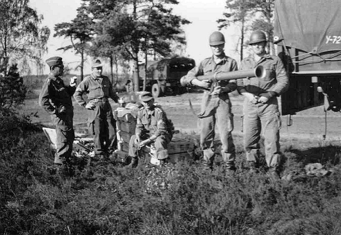 1961_An der Bazooka Gefr Keller_v.li. Hptm Herrmann Kp Chef_StUffz Busch MunGrpFhr_StUffz Mronga VU