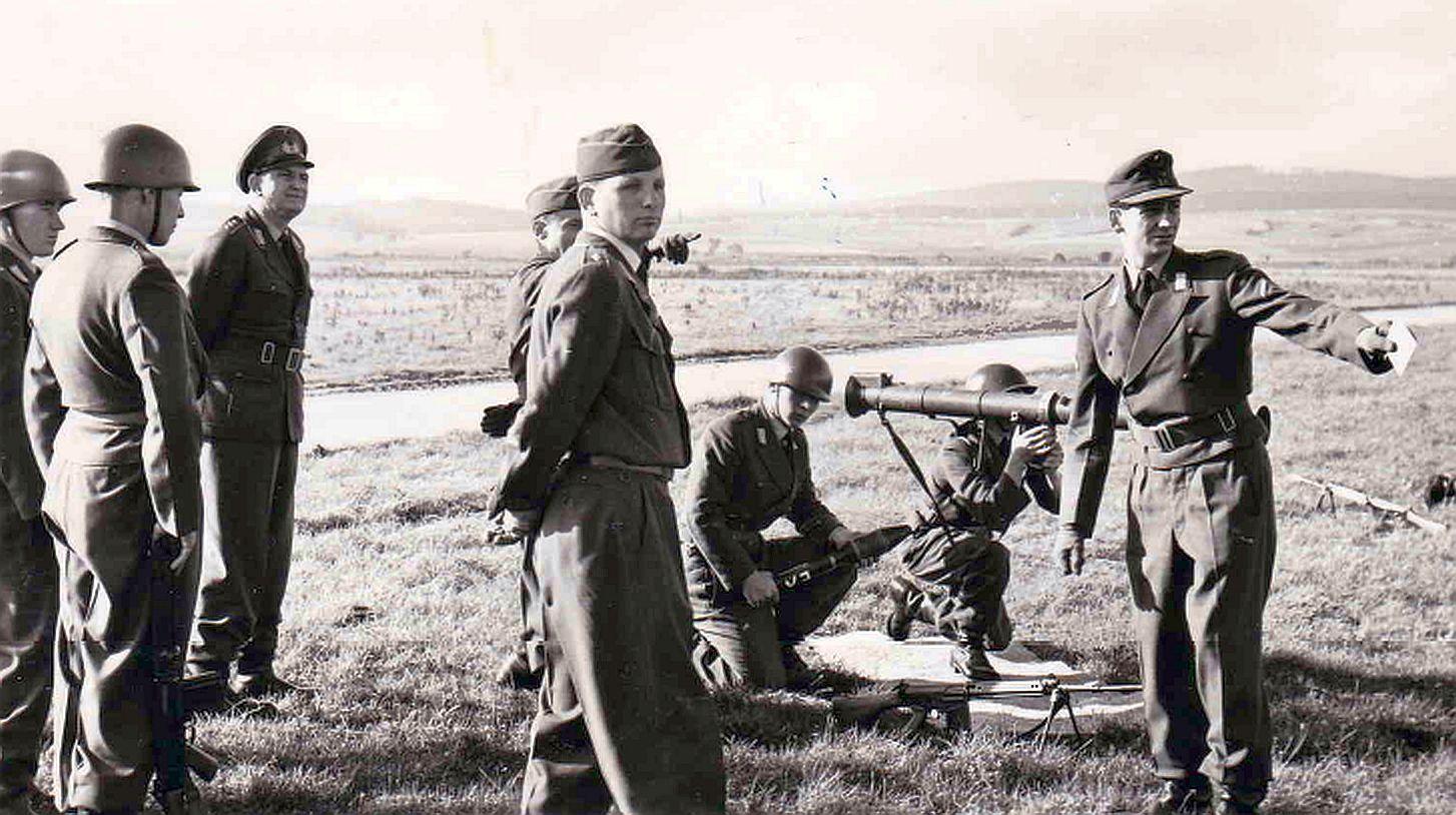 03.10.1958_Besichtigung der Bazookaausbildung_Uffz Gronostay gibt eine Zielansprache