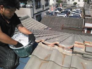 雨漏りした屋根を雨漏り修理してる画像