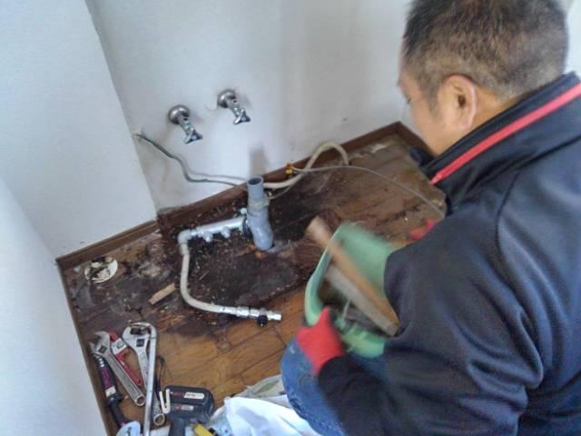 あっちこっちで水漏れ( ;;)多発。 台所排管からの水漏れ。