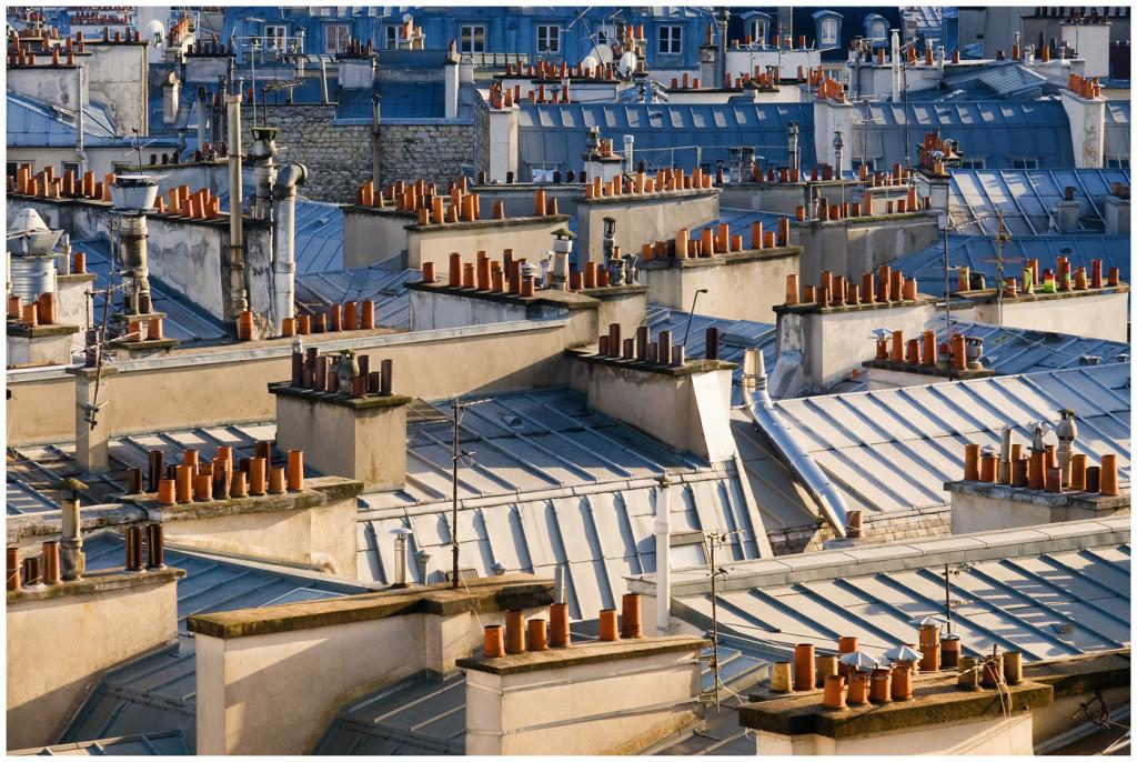 Schornsteinlandschaft über Pariser Dächern