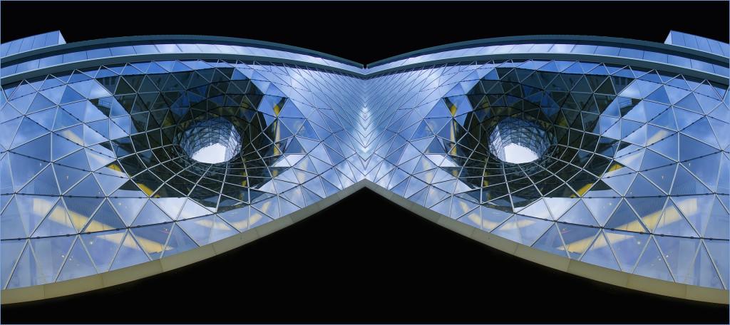 Maske in Blau - Spielerei mit einem Fassadendetail