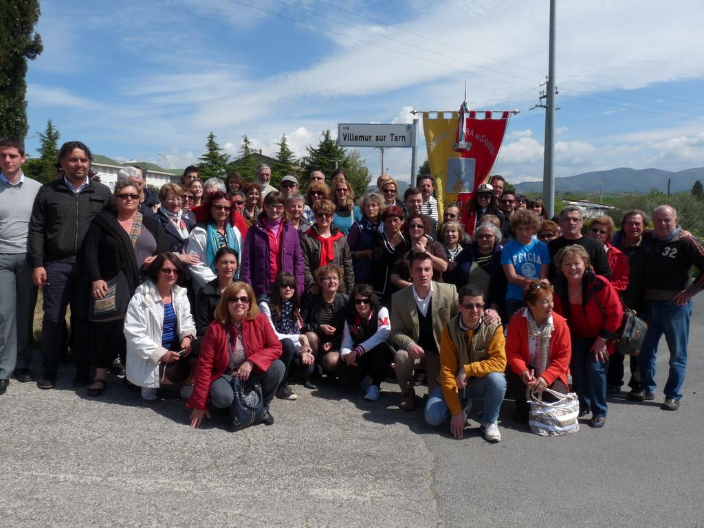 Tout le groupe pose devant la Via Villemur !