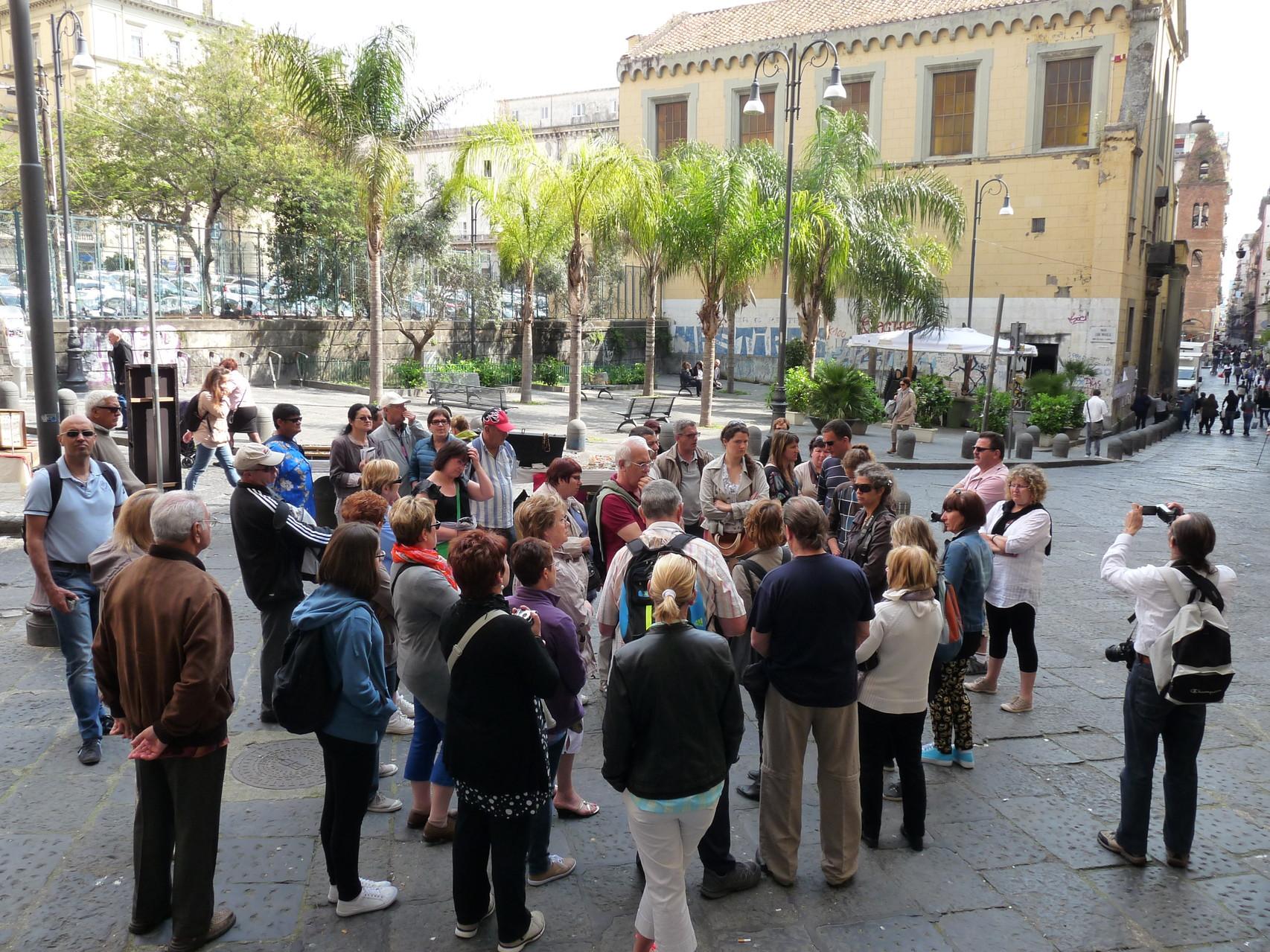 Le groupe avec la guide dans les rues de Naples