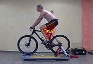 Mann sitzt auf dem Fahrrad, mit Video aufgenommene Sitzposition, wird optimiert