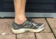 das wichtigste Werkzeug eines Läufers ist neben dem Fuß der Schuh, hier ein Laufschuh in der Analyse draußen