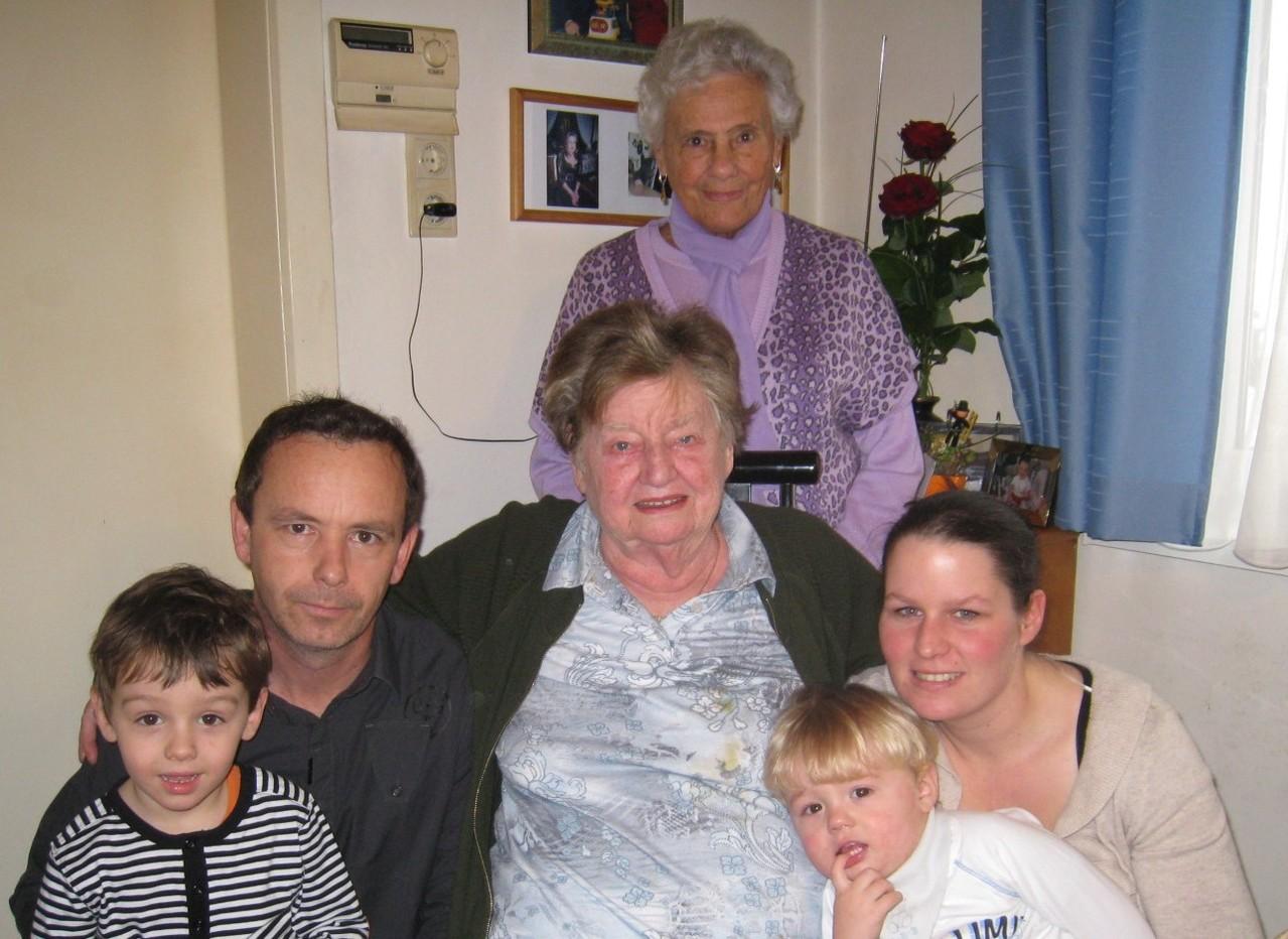 Erna Spinotti (Bildmitte) im Kreise ihrer Enkel und Urenkel