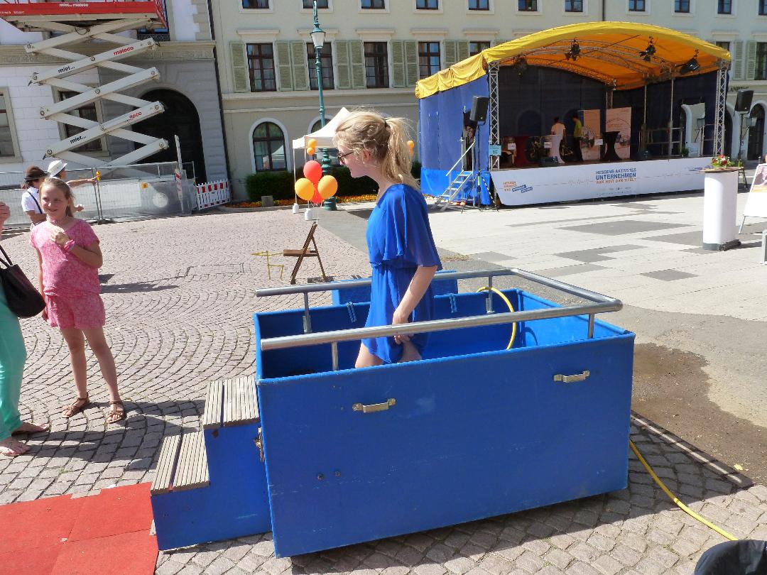 Das mobile Kneipp-Wassertretbecken auf dem Schloßplatz an den Gesundheitstagen