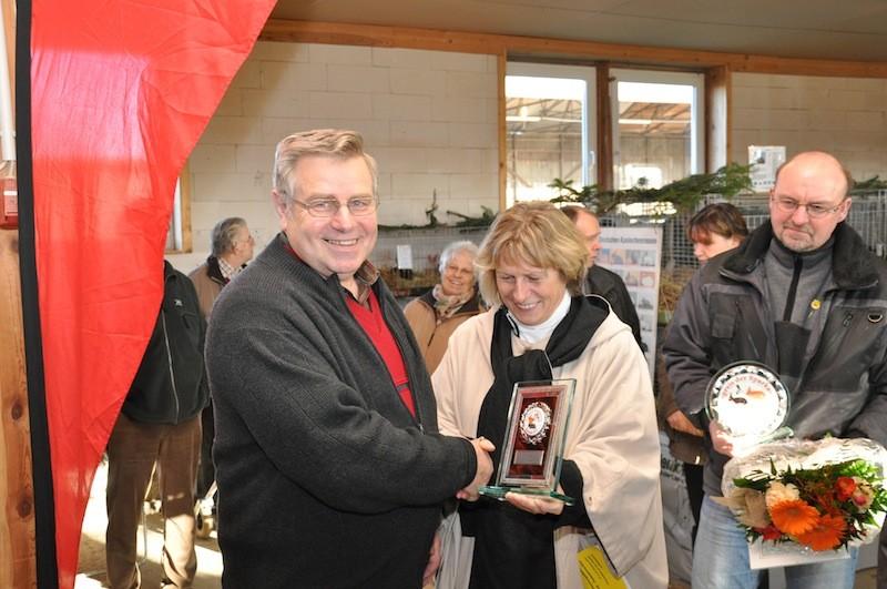 Oberbürgermeisterin Danicke überreicht des Ehrenpreis der Hansestadt Salzwedel an Karl-Heinz Herrmann.