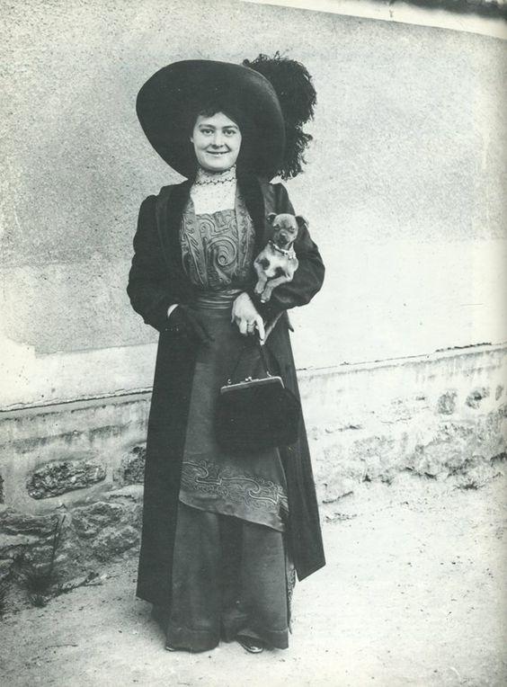 Jeune femme et son chien, Paris, 1911