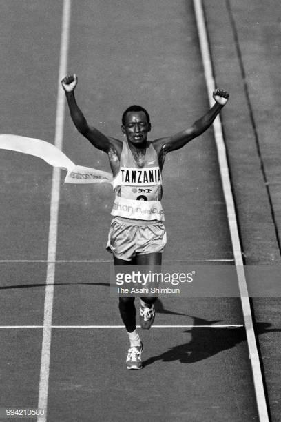 Juma Ikangaa de Tanzania cruza la meta para ganar el Maratón Internacional de Tokio en el Estadio Nacional el 9 de febrero de 1986 en Tokyo, Japón. (Foto de The Asahi Shimbun a través de Getty Images)