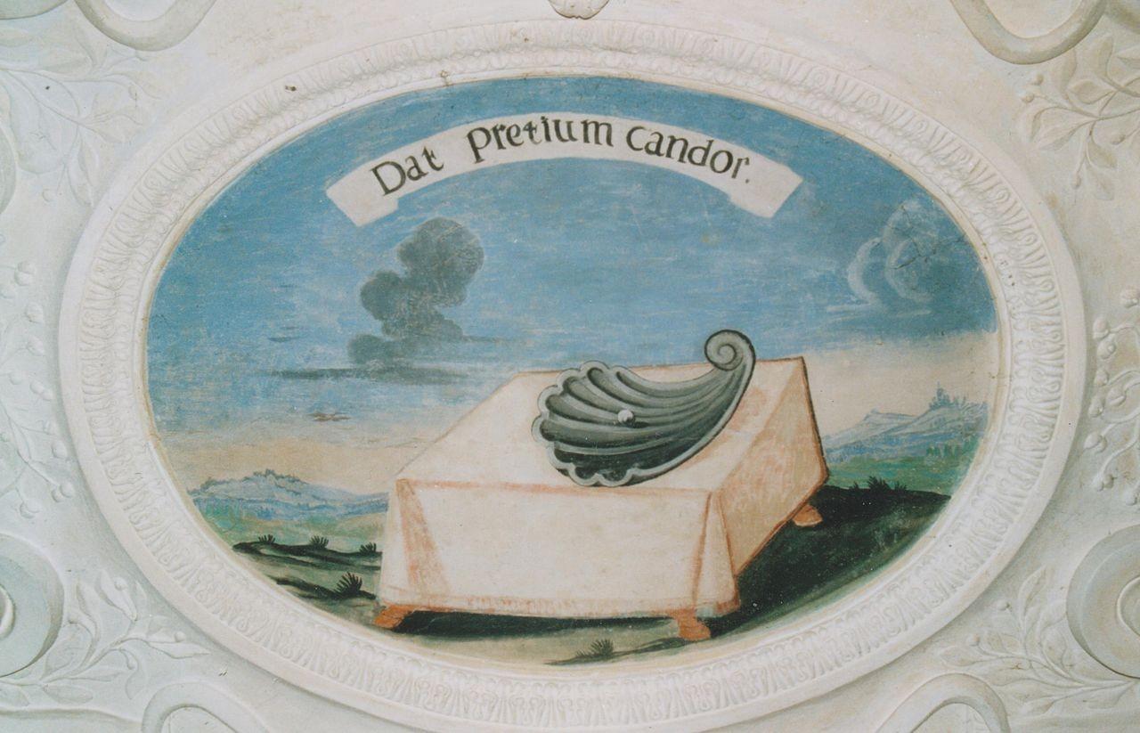 """13) Tisch mit einer auf einer Muschelhälfte liegenden Perle: """"DAT PRETIUM CANDOR"""" (Das Weißglänzende bestimmt den Wert)."""