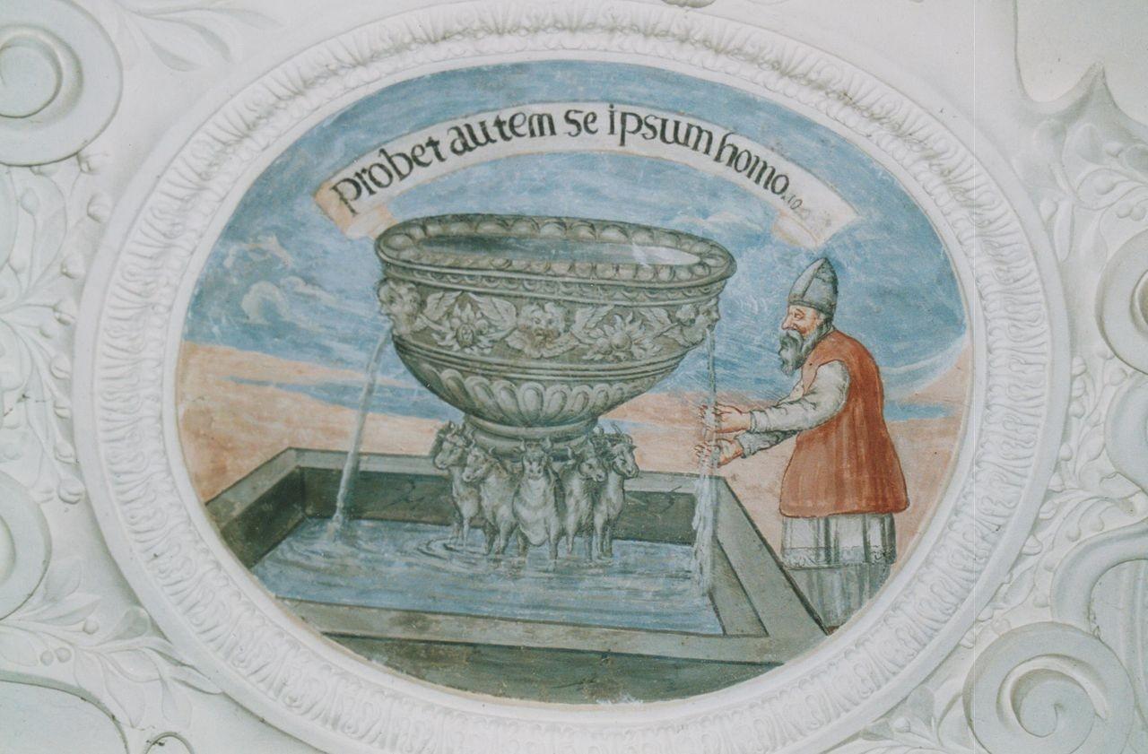"""1) Alttestamentarische Darstellung des vor dem ehernen Meer stehenden Priesters. Die Inschrift dazu lautet: """"PROBET AUTEM SE IPSUM HOMO"""", 1. Kor. 11,28 (Es prüfe sich aber selbst der Mensch)"""