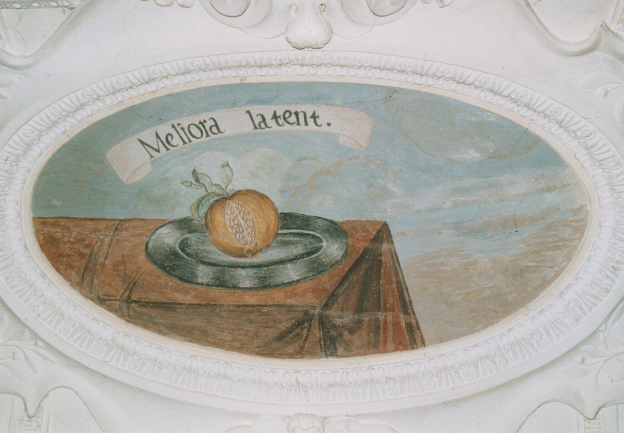 """6) Darstellung eines Granatapfel auf einem Teller: """"MELIORA LATENT"""" (Das Bessere ist verborgen)."""
