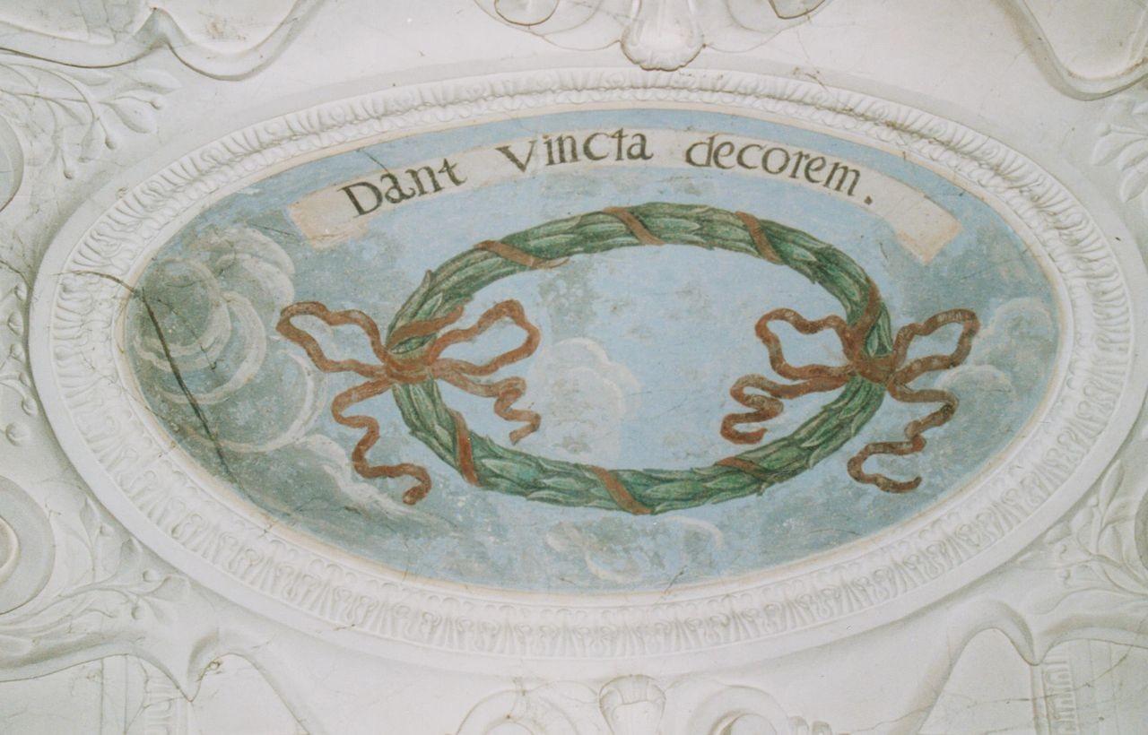 """9) Ein von Zierbändern umschlungener Lorberkranz: """"DANI VINCLA DECOREM"""" (Die Bänder dienen dem Schmuck)."""