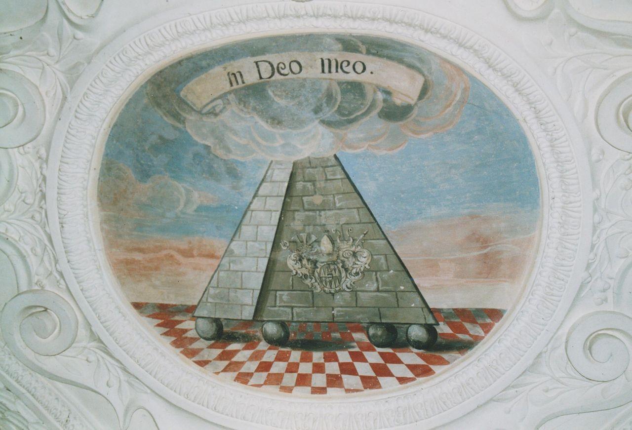 """3) Als Würdigung des Dionys von Rehlingen zeigt es eine Pyramide, deren Spitze in Wolken gehüllt ist und die sein Wappen und Wahlspruch trägt. """"IN DEO MEO"""" (In meinem Gott)"""
