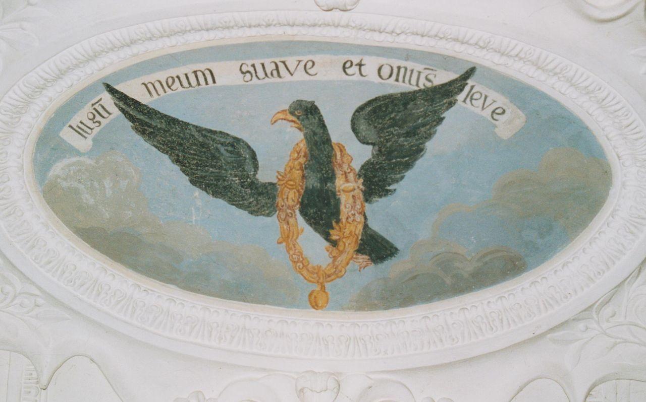 """5) Der aufwärts fliegende Adler trägt eine goldene Kette locker um den Hals: """"JUGUM MEUM SUAVE ET ONUS LEVE"""" (Mein Joch drückt mich nicht, und meine Last ist leicht)."""