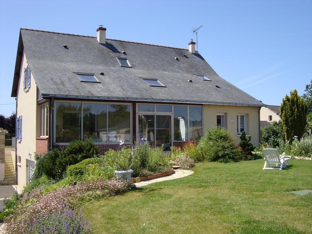 La maison d'hôtes et sa véranda lumineuse, où sont servis les petits-déjeuners en saison