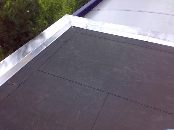 Dakdekker vervangt bitumen dak bedekking en zink bij lekkage