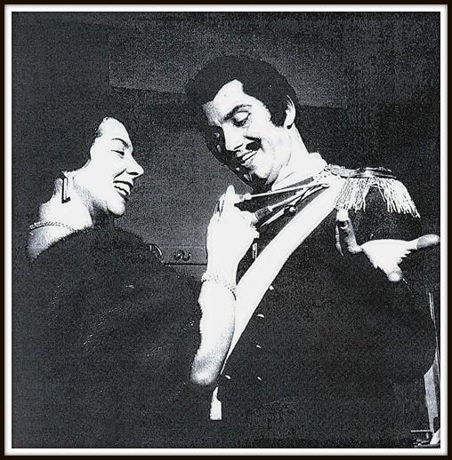 Becore - L'ELISIR D'AMORE - Milano Teatro alla Scala 1958 - In camerino mentre riceve i complimenti da Giulietta Simionato