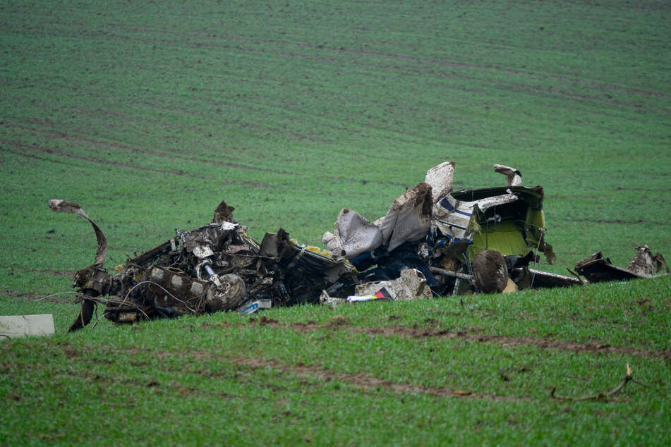 Tragischer Flugzeugabsturz über offenem Feld: Pilot sofort tot