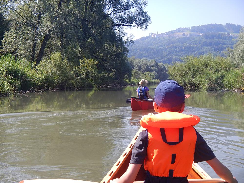 Kinder am Wasser unterwegs