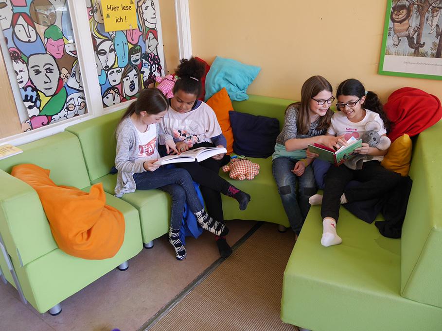 Lesen in der Bücherei
