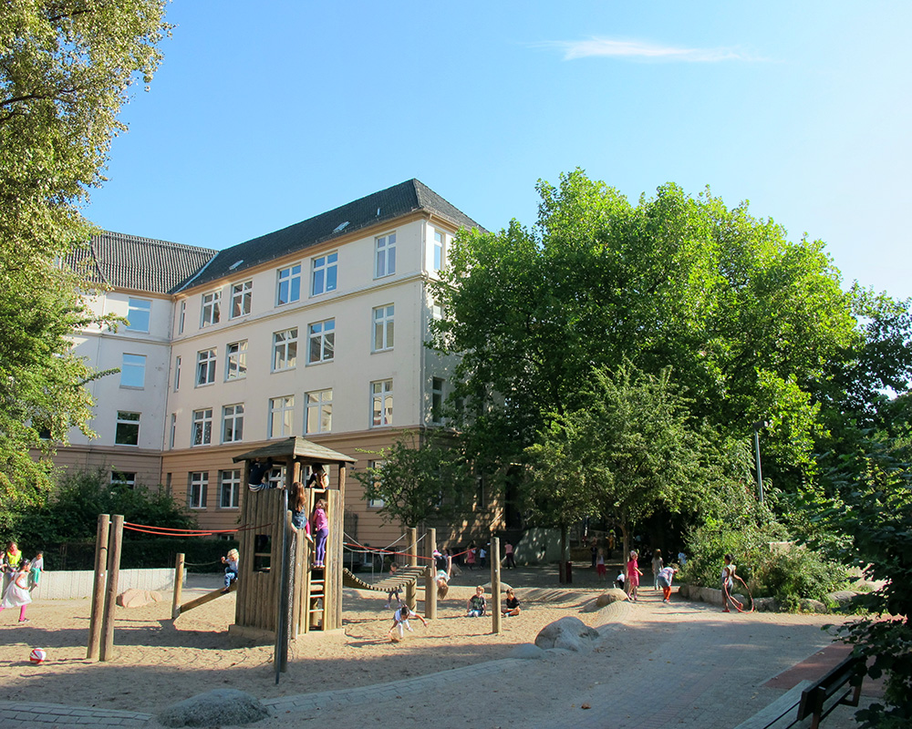 Sonnendurchflutet: Der Schulhof