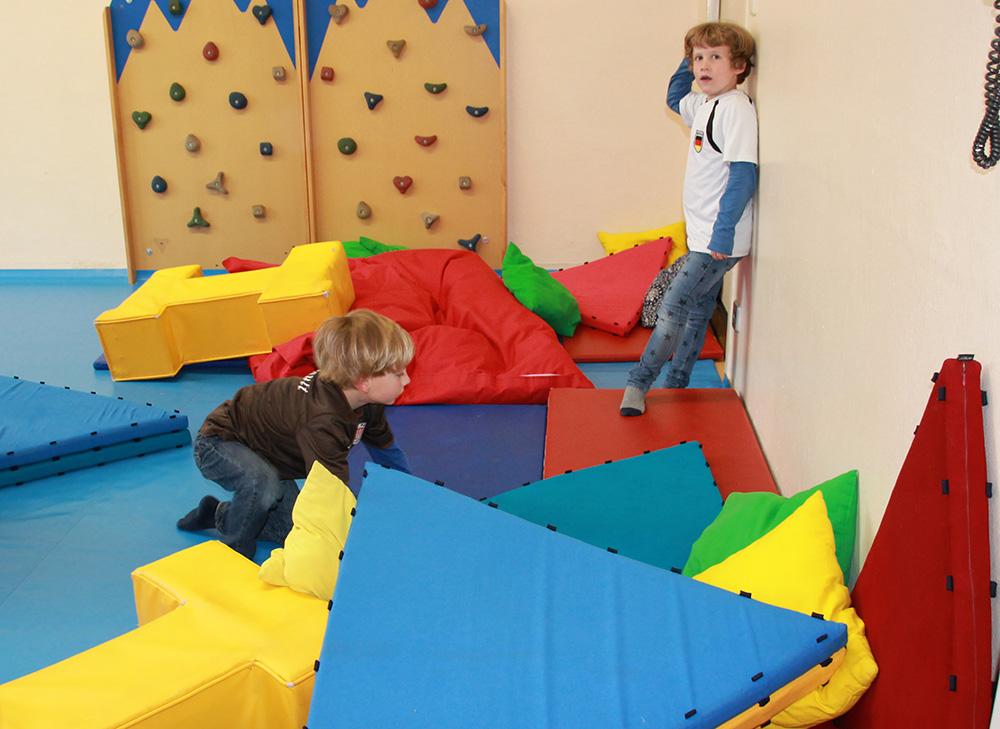 Bauen und klettern im Spielezentrum