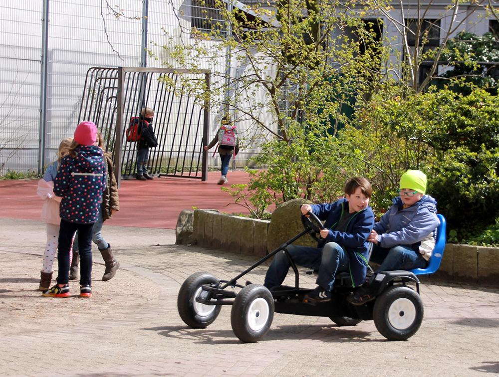 Heiße Reifen auf dem Schulhof