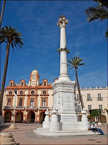 monumento a los coloraos,el homenaje es a un grupo de personas que vinieron a defender la ciudad de almeria contra los franceses y por la libertad.