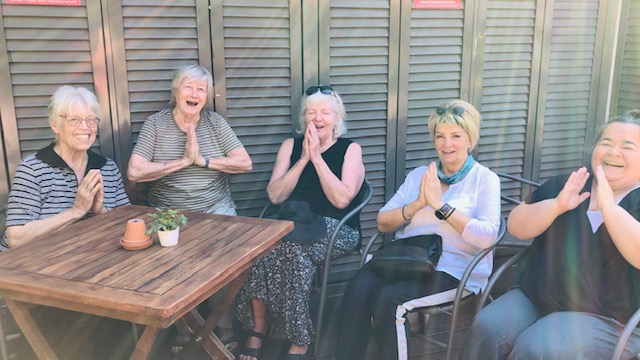 Online Yoga für Senioren in virtueller Runde