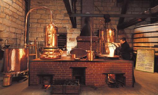 Le vieil alambic toujours utilisé depuis le XIXème siècle (Photo : Maison Denoix)