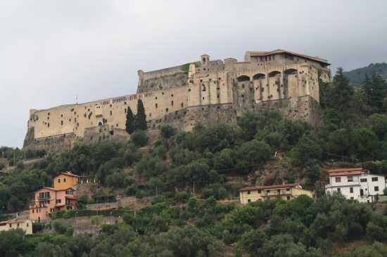 Massa, Castello Malaspina dal visto dal basso.