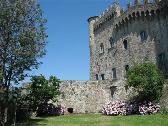 Fosdinovo, cortile interno del castello Malaspina.