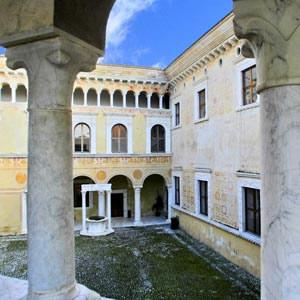 Massa, cortile e palazzetto rinascimentali interni al Castello Malaspina.