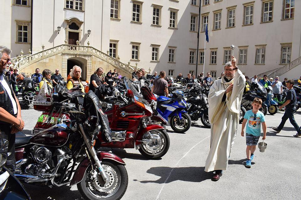 Militärdiakon Oberst Karl Kastenhofer segnete mit Lourdes-Wasser, das er von der Soldatenwallfahrt mitgenommen hatte