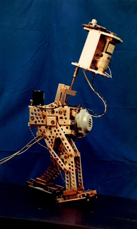 MEG-2は1982年に1分間に125歩の自然で素早い動的歩行を実現した。全長950mm重量218g