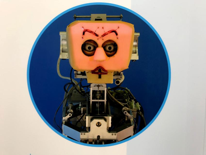 眉、まぶた、唇など表情で表現するロボット