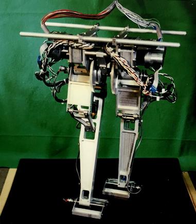 MeltranⅡは1990年完成のロボット。二次元歩行鳥形の脚だ。全長450mm重量470g