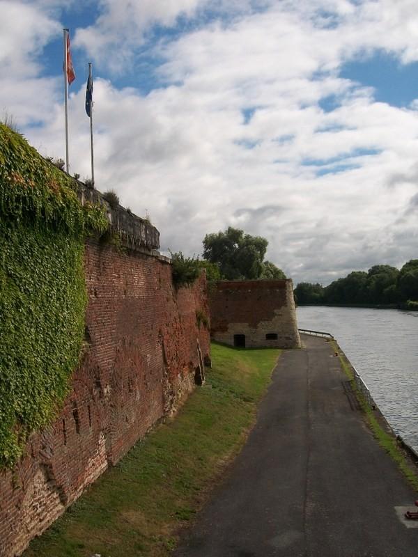Vestige des fortifications : une courtine, et le Bastion des Forges
