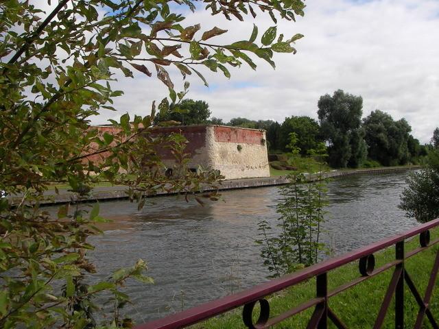 Le Bastion se mire, pensif, dans le canal...