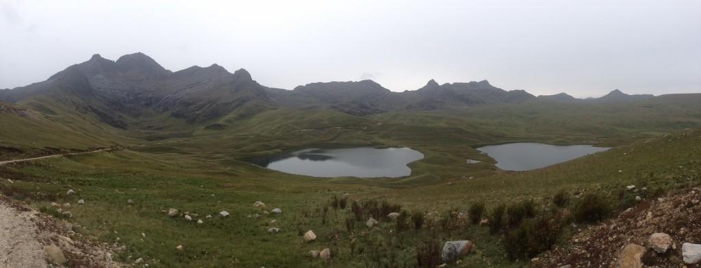 Traumhafte Seen inmitten von grünen Bergen.