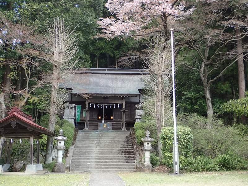 カフェのすぐ近くにある青渭神社